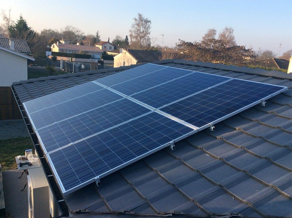 Panneaux solaires sur toit ardoise par Minoria Concept